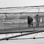 atrás da rede
