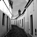 Calçadas e paredes caiadas de  branco