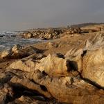Praia com rochas