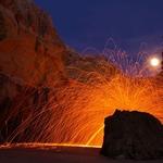 Rocha de fogo em noite de Lua cheia