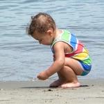 Nicholas brincando na areia