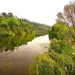 À beira do rio Lima.