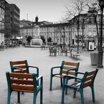 Cadeiras vazias em praça vazia