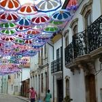 A rua dos guarda chuvas coloridos...