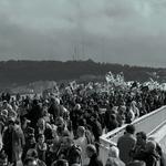 A manifestação atravessa a ponte___