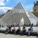 Pirâmide do Louvre.