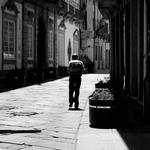 Perco-me na solidão da rua