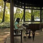 Cristina e o piano_______no Jardim