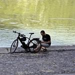 Viajar pela Internet _____à beira rio!