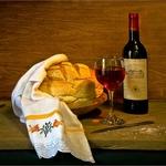 Pão e vinho sobre a mesa