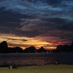 Cai a noite sobre a cidade do Rio de Janeiro.