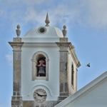 Toca o sino na torre da Igreja