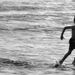 The boy and the azorean sea .