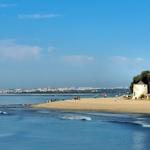 Praia com muitos visitantes