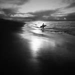 O surfista só, à procura de Liberdade .