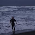 O bodyboarder no mar das ilhas de bruma .
