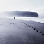 Pegadas na areia .