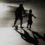O homem e a criança que gostavam de Futebol .
