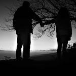 A menina estendeu a mão ao homem solitário .