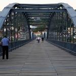 A ponte é uma passagem...