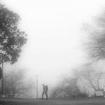 Um homem solitário numa manhã de Outono .