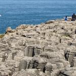 No meio das rochas.