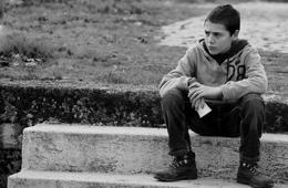 Rapaz sentado