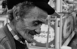 Perfil do sorriso do vendedor de castanhas